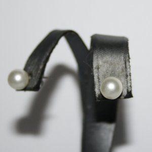 Beautiful vintage pearl post earrings